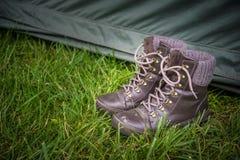Het kamperen laarzen in het gras Stock Afbeelding