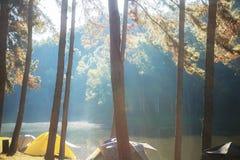 Het kamperen met zonsopgang stock afbeelding