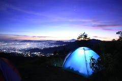 Het kamperen milkyway tent citylight zonsopgang Stock Afbeeldingen