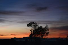 Het kamperen milkyway tent citylight zonsopgang royalty-vrije stock afbeelding