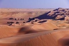 Het kamperen in oase in de woestijn Blauwe schaduwen en van zandgolven horizon stock fotografie