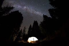 Het kamperen onder de melkachtige manier Stock Fotografie