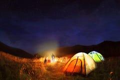 Het kamperen onder de sterren bij nacht Stock Afbeeldingen