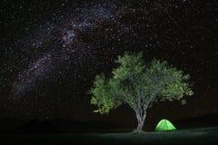 Het kamperen onder de sterrige hemel Stock Afbeelding