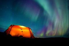 Het kamperen onder Noordelijke Lichten Stock Afbeelding