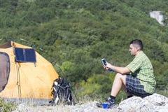Het kamperen op de bergbovenkant Royalty-vrije Stock Afbeelding