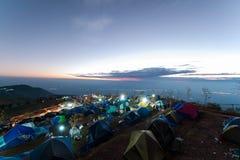 Het kamperen op de grote berg in Phu-Ton berk van Thailand als toeristenstijl met zonsopganghemel Stock Foto