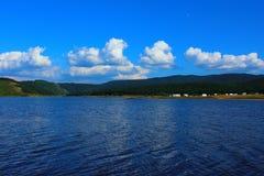 Het kamperen op de kust van een bergmeer Royalty-vrije Stock Foto