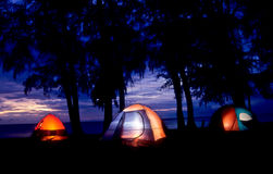 Het kamperen op het strand stock afbeelding