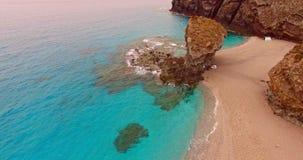 Het kamperen op rotsachtig strand stock videobeelden
