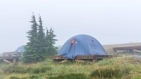 Het kamperen in regenachtige en mistige dag Stock Afbeelding