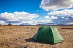 Het kamperen tent bij Dreki-kampeerterrein dichtbij Askja-caldera in Hooglanden van IJsland Scandinavië stock afbeelding