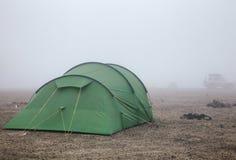 Het kamperen tent bij Dreki-kampeerterrein dichtbij Askja-caldera in Hooglanden van IJsland Scandinavië stock fotografie