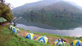 Het kamperen tent dichtbij kanchanaburi van rivierkwai, Thailand stock video