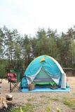 Het kamperen tent en toebehoren in wildernis Stock Foto's