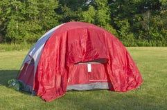 Het kamperen tent in weiden royalty-vrije stock afbeeldingen