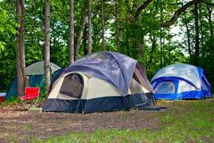Het kamperen Tenten bij Kampeerterrein Stock Afbeelding