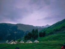 Het kamperen Tenten bij voet van de berg stock afbeeldingen