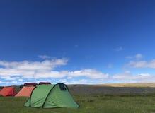Het kamperen tenten in de aard Stock Afbeeldingen