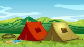 Het kamperen tenten dichtbij de berg royalty-vrije illustratie