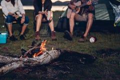 Het kamperen tentkamp in partij van de de groepsnacht van aard de gelukkige vrienden bonf royalty-vrije stock foto's