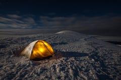 Het kamperen tijdens de winter die in Karpatische bergen wandelt Stock Foto's