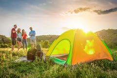 Het kamperen toestel en groep mensen in wildernis stock afbeeldingen