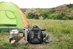 Het kamperen toestel en toeristentent in wildernis Het materiaal van de toerist stock afbeelding