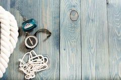 Het kamperen toestel op rustieke houten lijst, wandelingsreeks Royalty-vrije Stock Foto's