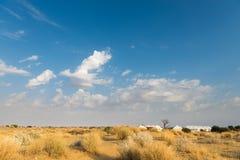 Het kamperen van de tent plaatshotel in een woestijn Stock Foto's