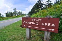 Het kamperen van de tent teken op het Blauwe Brede rijweg met mooi aangelegd landschap van de Rand royalty-vrije stock foto's