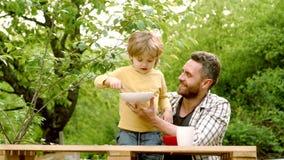 Het kamperen van de vader en van de zoon Voedsel en Drank voor familie Gelukkige Familie De Dag van de aarde Vroege kinderjarenon stock footage