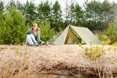 Het kamperen van het de kokvoedsel van de vrouwentent de brandaard Stock Fotografie