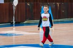 Het kampioenschap van de stad van Kamenskoye in het cheerleading onder solos, dueten en teams, jonge jongenscheerleaders presteer stock afbeeldingen