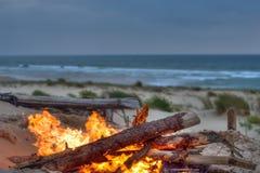 Het kampvuur van het strand stock foto's