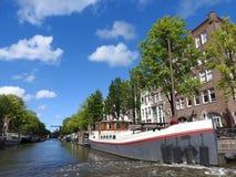 Het kanaal in Amsterdam Nederland huisvest het Amstel-landschap van de de stadszomer van het rivieroriëntatiepunt oude Europese stock afbeelding