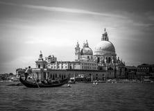 Het kanaal, de gondel en de architectuur van Venetië Italië Grande De Begroeting van DiSanta Maria della van de basiliek stock foto's