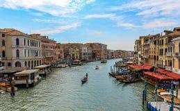 Het kanaal, de gondel en de architectuur van Venetië Italië van de Rialto-Brug stock afbeelding