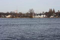 Het kanaal of de rivier voor de centrale post van Amsterdam, die als openbaar vervoer voor forenzen en toeristen wordt gebruikt stock foto's