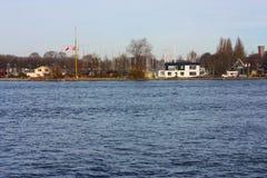 Het kanaal of de rivier voor de centrale post van Amsterdam, die als openbaar vervoer voor forenzen en toeristen wordt gebruikt royalty-vrije stock foto