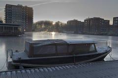 Het kanaal en de boot van Amsterdam Stock Foto's