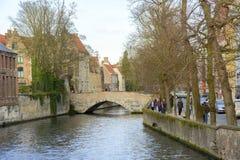 Het kanaal en de brug van Brugge Stock Fotografie