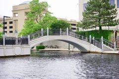 Het kanaal en de brug van Indianapolis stock afbeelding
