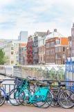 Het kanaal en de fietsen van Amsterdam Royalty-vrije Stock Foto's