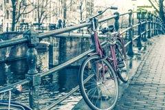 Het kanaal en de fietsen van Amsterdam Stock Afbeeldingen