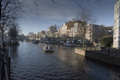 Het kanaal en de gebouwen van Amsterdam Stock Fotografie
