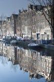 Het kanaal en de gebouwen van Amsterdam Stock Foto's