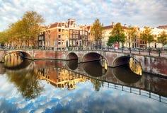 Het kanaal Singel met typische Nederlandse huizen, Holland, Nederland van Amsterdam royalty-vrije stock afbeeldingen