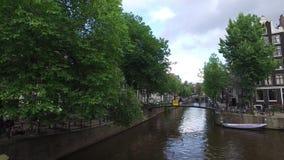 Het kanaal van Amsterdam begin de dag stock video