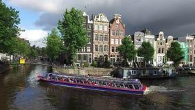 Het kanaal van Amsterdam begin de dag stock videobeelden